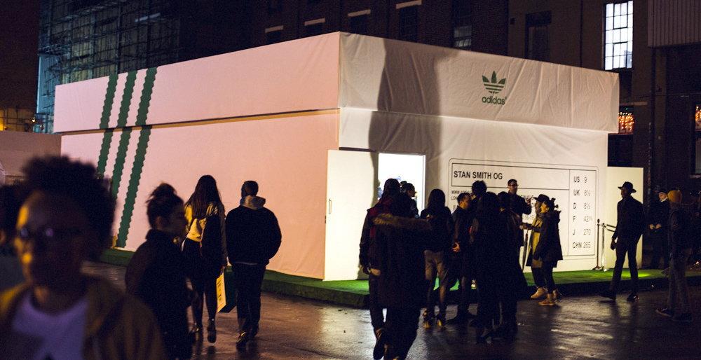 azafata Sofisticado Rascacielos  adidas Stan Smith Pop-up Store